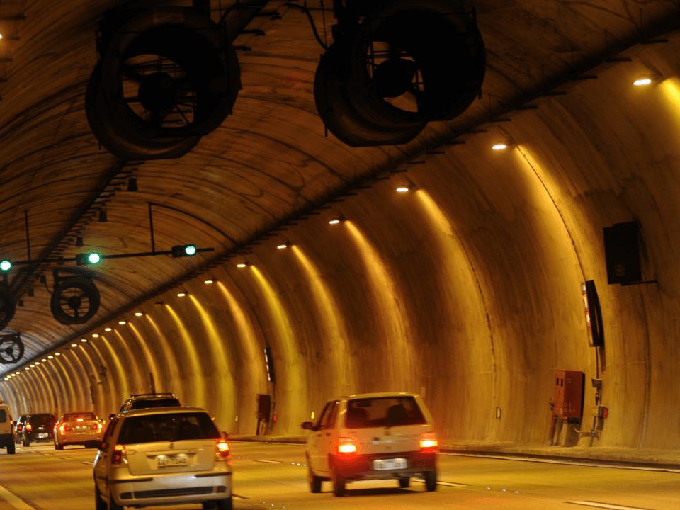 Como usar o freio do automóvel ao descer a serra