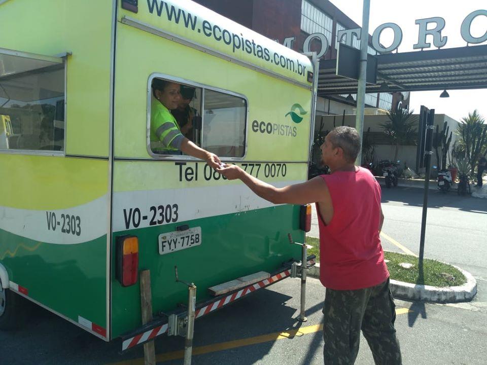 VW Caminhões e Ônibus distribuí marmitas para os caminhoneiros