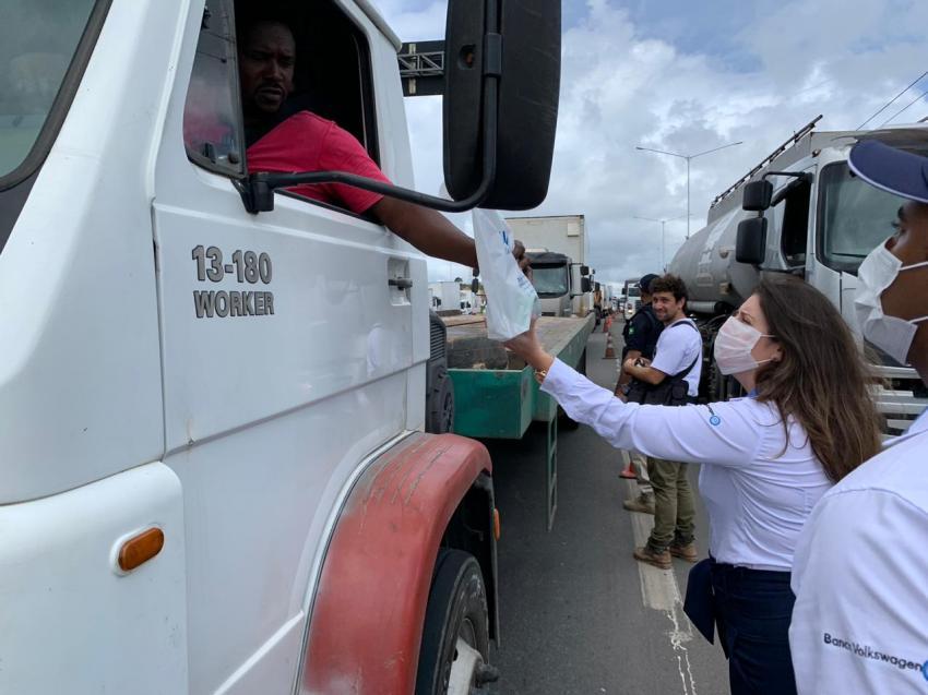 Volkswagen Caminhões e Ônibus doa protetores faciais