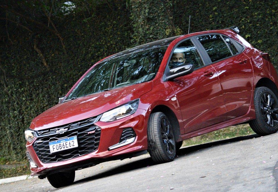 O hatch Onix RS tem visual e acabamento esportivo com o eficiente motor 1.0 Turbo