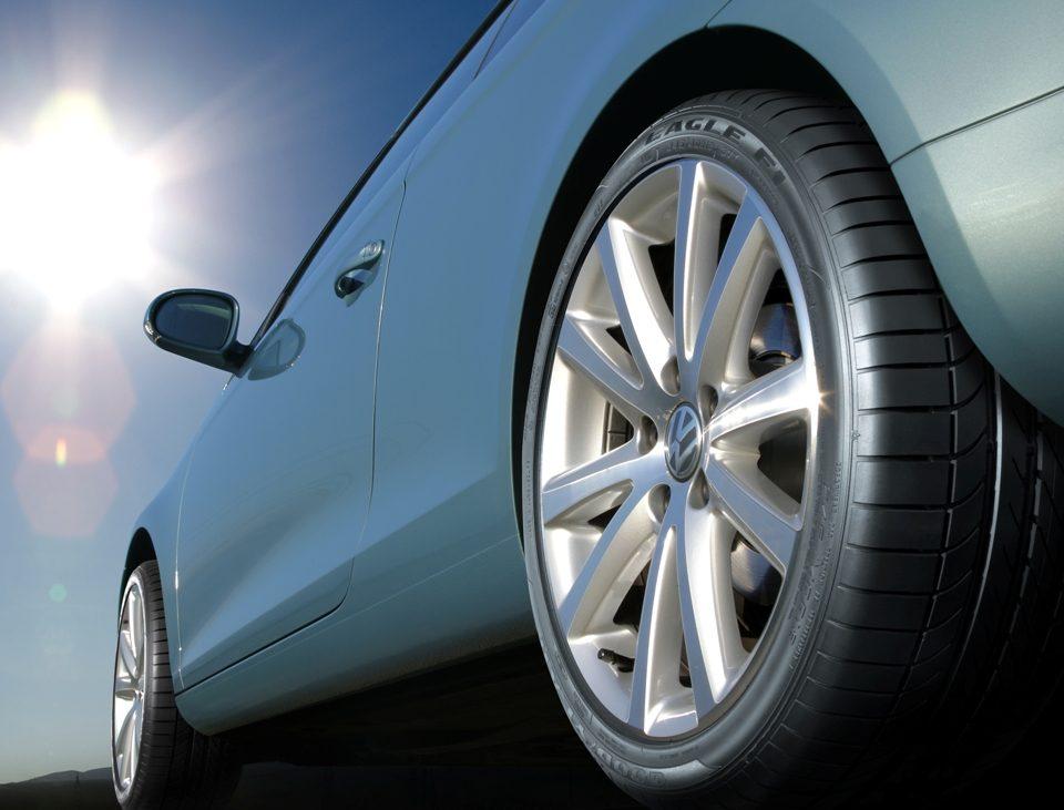 Encostar o pneu na guia ou meio-fio danifica a estrutura