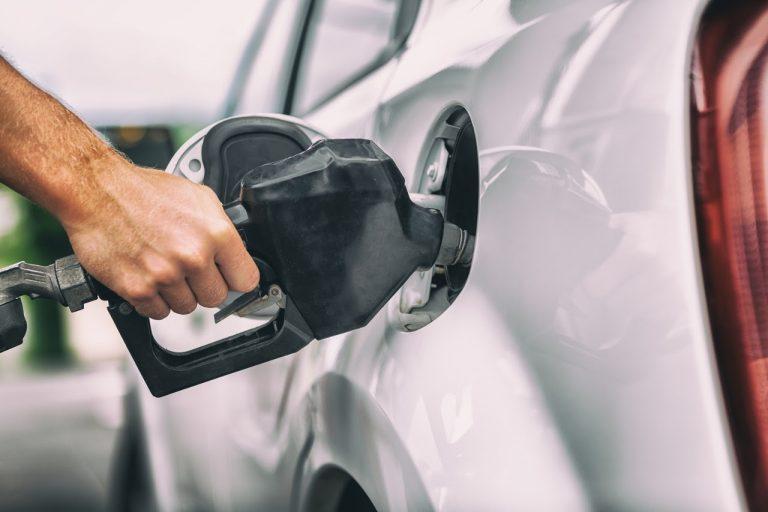 Cai o preço da gasolina